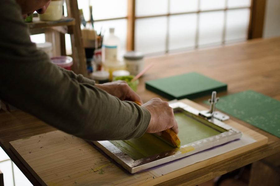 記では、印版作成からインクの色合せ、印刷、製本まで、全て工房にて手作業で行っています